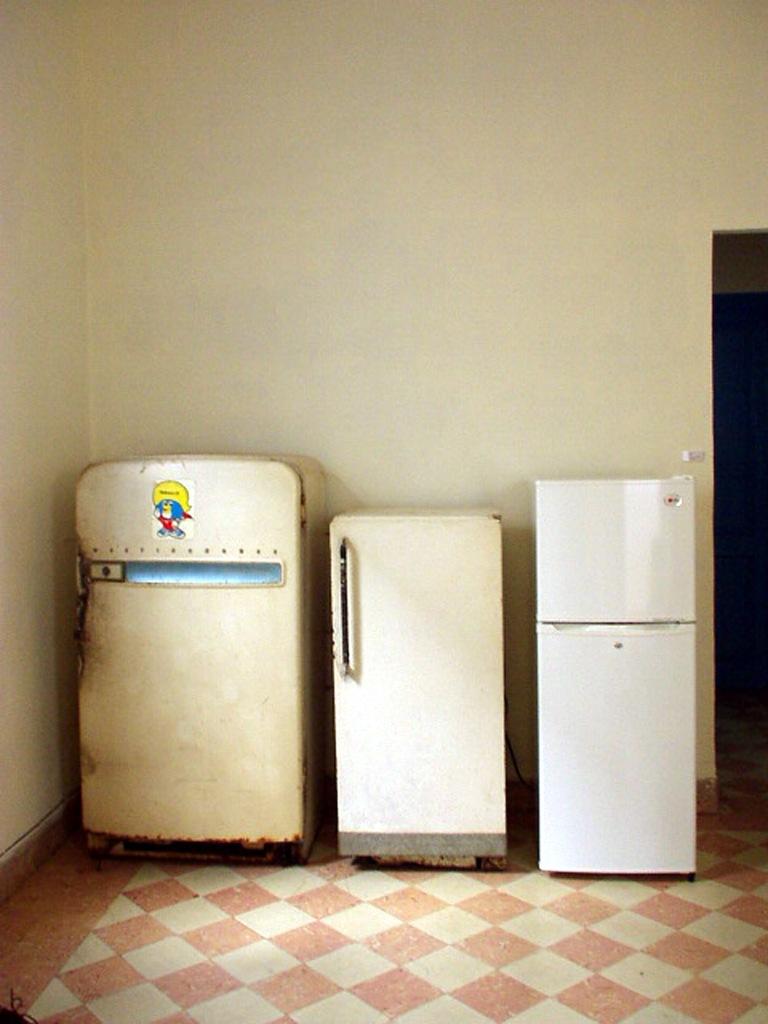 Lázaro Saavedra. Aire frío, 2003, instalación: 3 neveras domésticas, dimensiones variables.