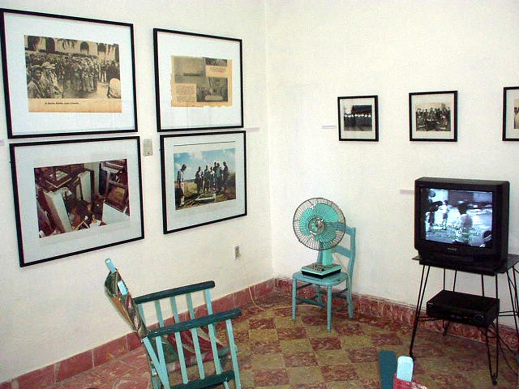 Henry Eric Hernández. ...Por eso, ahora tienes que conformarte con un living room, 2003, instalación.